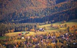 Día de Sunny October en pueblo de montaña Otoño en Polonia Imágenes de archivo libres de regalías