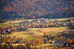 Día de Sunny October en pueblo de montaña Otoño en Polonia Imagen de archivo