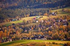 Día de Sunny October en pueblo de montaña Otoño en Polonia Foto de archivo libre de regalías