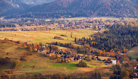 Día de Sunny October en pueblo de montaña Otoño en Polonia Fotos de archivo
