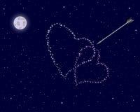 Día de tarjeta del día de San Valentín. El cielo nocturno con dos corazones. Foto de archivo