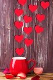 Día de tarjetas del día de San Valentín con los corazones y la taza foto de archivo