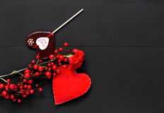 Día de tarjetas del día de San Valentín con los corazones y las flores rojas Foto de archivo