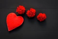 Día de tarjetas del día de San Valentín con los corazones y las flores rojas Fotografía de archivo