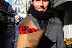 DÍA DE TARJETAS DEL DÍA DE SAN VALENTÍN DE ROSAS ROJAS Fotos de archivo libres de regalías