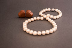 ¡Día de tarjetas del día de San Valentín, el 8 de marzo, presente, perlas, chocolate, corazón, feliz junto! Imágenes de archivo libres de regalías