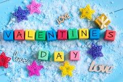Día de tarjetas del día de San Valentín en los cubos de madera del color en fondo azul claro con las estrellas Concepto del amor Imagen de archivo libre de regalías