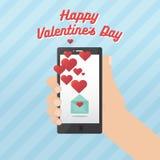 Día de tarjetas del día de San Valentín feliz con la mano que sostiene smartphone Fotos de archivo libres de regalías