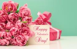 Día de tarjetas del día de San Valentín feliz rosado de la tarjeta de felicitación del regalo de los tulipanes imagenes de archivo
