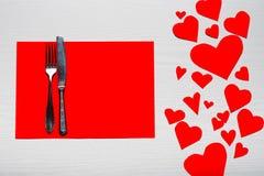 Día de tarjetas del día de San Valentín fijado con los cubiertos El concepto de Valentine Day Imagenes de archivo