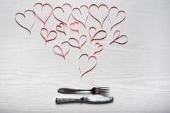 Día de tarjetas del día de San Valentín fijado con los cubiertos El concepto de Valentine Day Imagen de archivo libre de regalías