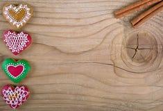 Día de tarjetas del día de San Valentín Ginger Bread en forma de corazón en la madera Foto de archivo libre de regalías