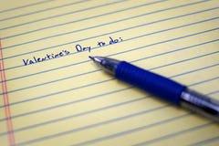 Día de tarjetas del día de San Valentín para hacer la lista en el papel con la pluma azul Imagen de archivo