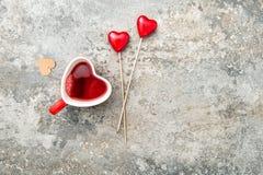 Día de tarjetas del día de San Valentín rojo de la bebida del té de las tazas en forma de corazón Fotografía de archivo libre de regalías