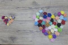 Día de tarjetas del día de San Valentín ASIA 2018 Concepto del día del ` s del amante Flores de la forma del corazón en la madera Fotografía de archivo