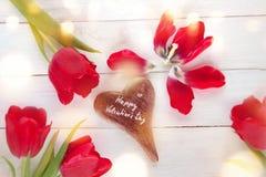 Día de tarjetas del día de San Valentín con los tulipanes alrededor de un corazón Fotografía de archivo libre de regalías