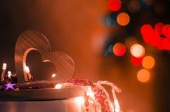 Día de tarjetas del día de San Valentín, día de madera rojo del ` s del heartValentine corazón de madera en fondo del bokeh El co Fotos de archivo libres de regalías