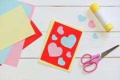Día de tarjetas del día de San Valentín o la tarjeta del día de madres con los corazones rosados y azules, tijeras, palillo del p Fotografía de archivo
