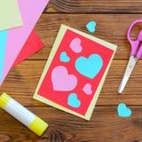 Día de tarjetas del día de San Valentín o tarjeta de felicitación del día de madres con los corazones rosados y azules Las tijera fotografía de archivo libre de regalías