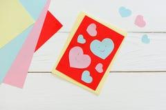 Día de tarjetas del día de San Valentín o tarjeta de felicitación del día de madres con los corazones rosados y azules Tijeras, p Fotos de archivo