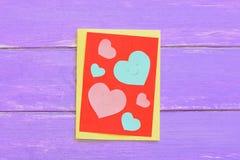 Día de tarjetas del día de San Valentín o tarjeta de papel del día de madres con los corazones rosados y azules Tarjeta de felici Imagenes de archivo