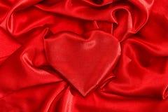 Día de tarjetas del día de San Valentín de seda rojo en forma de corazón del amor fotografía de archivo
