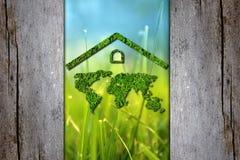 Día de tierra Concepto de la ecología Concepto de la naturaleza El mapa verde del mundo debajo del tejado se protege contra la co Foto de archivo libre de regalías
