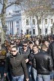 Día de tonto de abril: la gente se divierte adentro hacia el centro de la ciudad Imagen de archivo libre de regalías