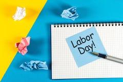 Día de trabajo - 1 de mayo día 1 del mes, calendario en fondo del lugar de trabajo El tiempo de primavera… subió las hojas, fondo Fotografía de archivo libre de regalías