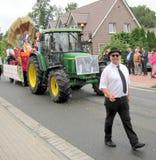 Día de un pueblo en Alemania del norte Kettenkamp es 825 años Desfile de ciudadanos Imagen de archivo libre de regalías