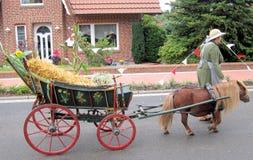 Día de un pueblo en Alemania del norte Kettenkamp es 825 años Desfile de ciudadanos Foto de archivo libre de regalías