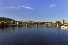 Día de verano agradable en Praga con el río de Moldava en atravesar la ciudad y el castillo de Praga y el santo Vitus Cathedral Imagenes de archivo
