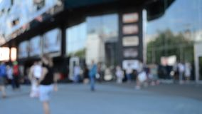 Día de verano borroso de los coches de los peatones del camino de la calle del fondo metrajes