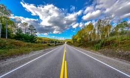Día de verano brillante de la carretera dondequiera - en las carreteras nacionales Foto de archivo