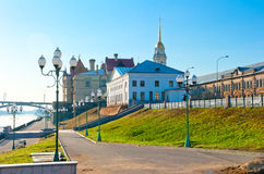 Día de verano del paseo de la mañana en la ciudad de Rybinsk fotografía de archivo libre de regalías