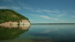 Día de verano en el borde del ` s del agua almacen de metraje de vídeo
