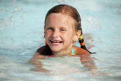 Día de verano en la piscina. Imagen de archivo libre de regalías