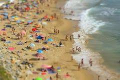 Día de verano en la playa con peñascos costeros y el Oce atlántico imagenes de archivo