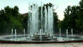 Día de verano en parque público de la ciudad almacen de metraje de vídeo