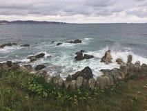 Día de verano nublado en el océano en Asturias España imágenes de archivo libres de regalías