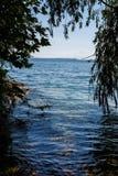 Día de verano por un lago imagenes de archivo
