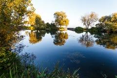 Día de verano por un lago Foto de archivo libre de regalías