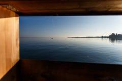 Día de verano por un lago Foto de archivo