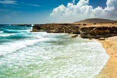 Día de verano soleado con el cielo azul en la orilla del este de Aruba Fotos de archivo