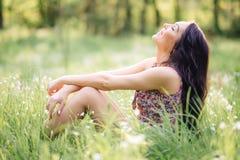 Día de verano soleado, mujer joven hermosa que miente en la hierba Imágenes de archivo libres de regalías