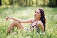Día de verano soleado, mujer joven hermosa que miente en la hierba Imagenes de archivo