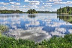 Día de verano soleado por un lago en Finlandia Imagen de archivo