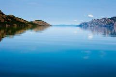 Día de verano tranquilo en el lago enorme Laberge Yukon Canadá Fotografía de archivo