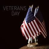 Día de veteranos del texto y banderas americanas fotos de archivo libres de regalías