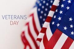 Día de veteranos del texto y banderas americanas fotografía de archivo libre de regalías